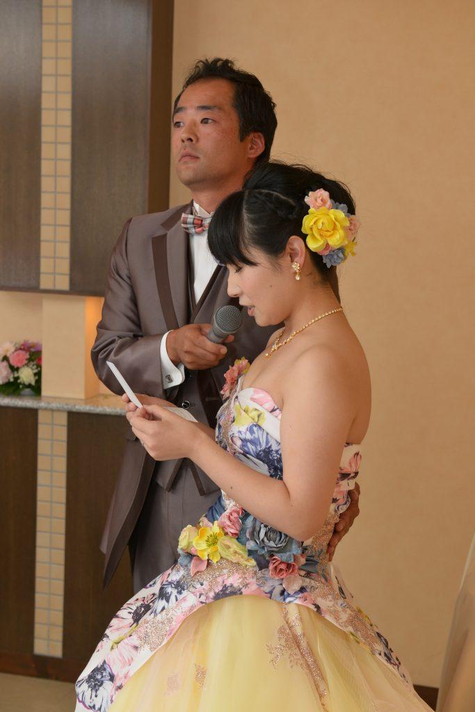 花嫁が手紙を朗読するシーン