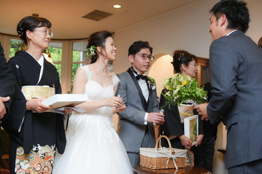 結婚式の送賓シーン