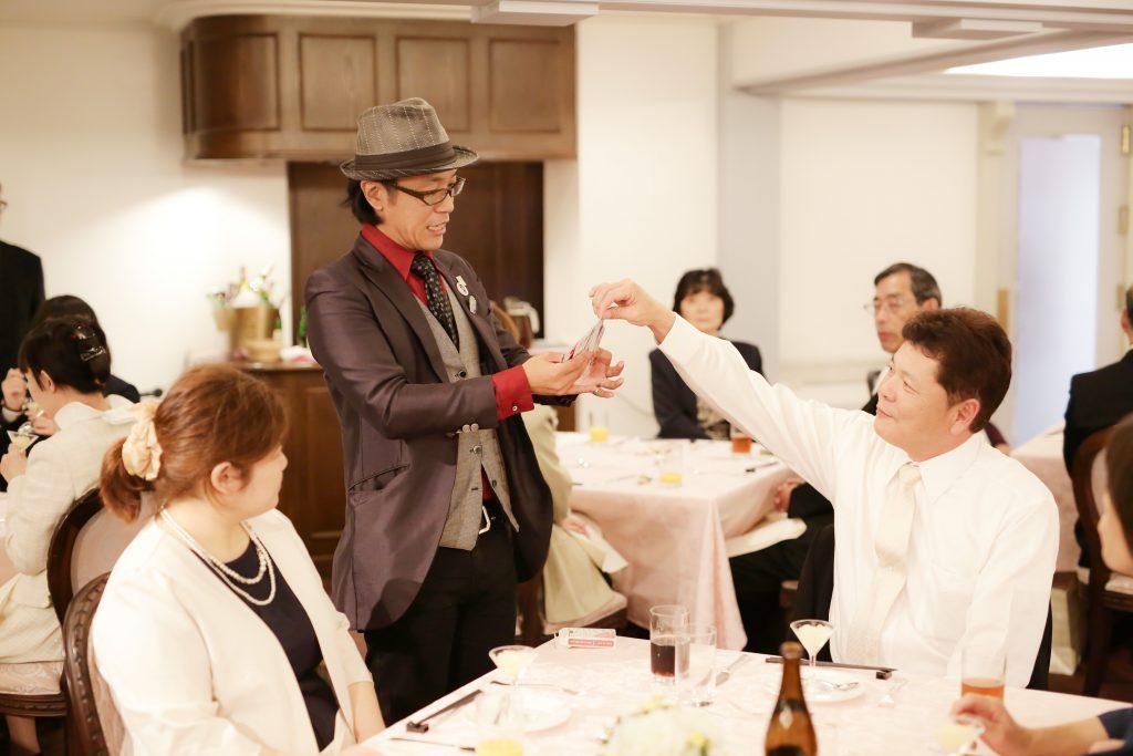 結婚式で手品を披露するマジシャン