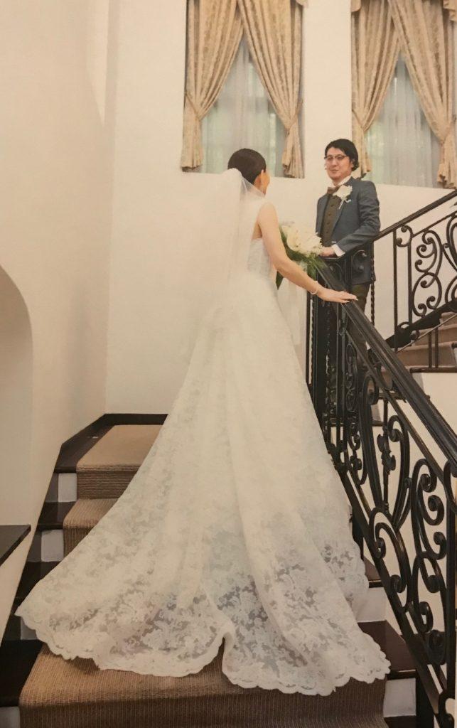 階段で写真を撮る新郎新婦