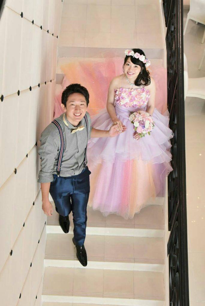 結婚式をする新郎新婦