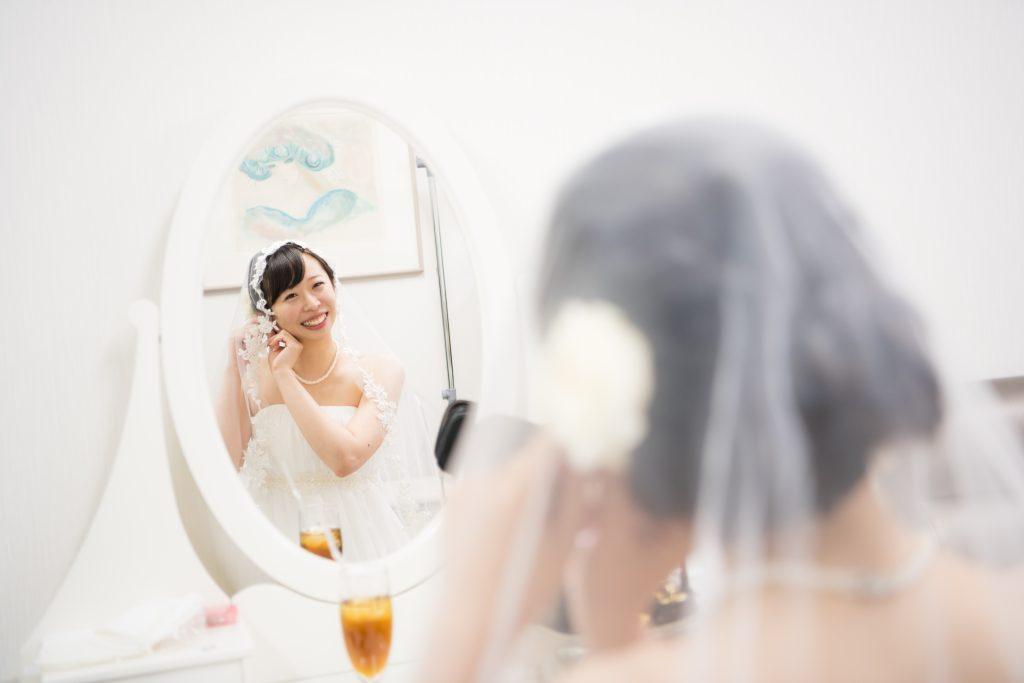 仕度をする花嫁