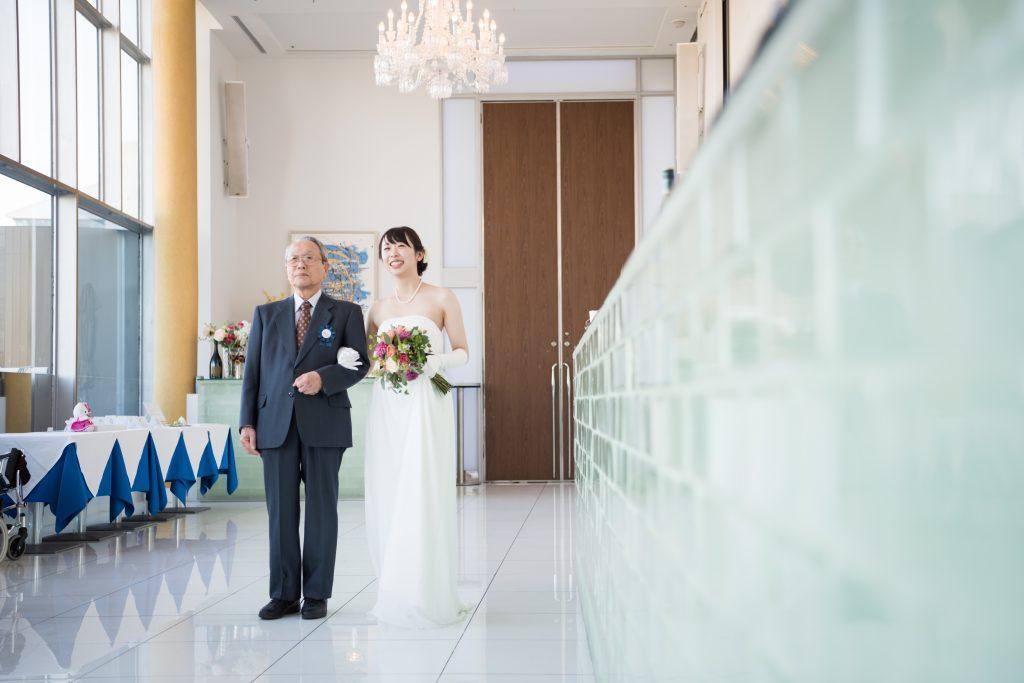 父親とバージンロードを歩く花嫁
