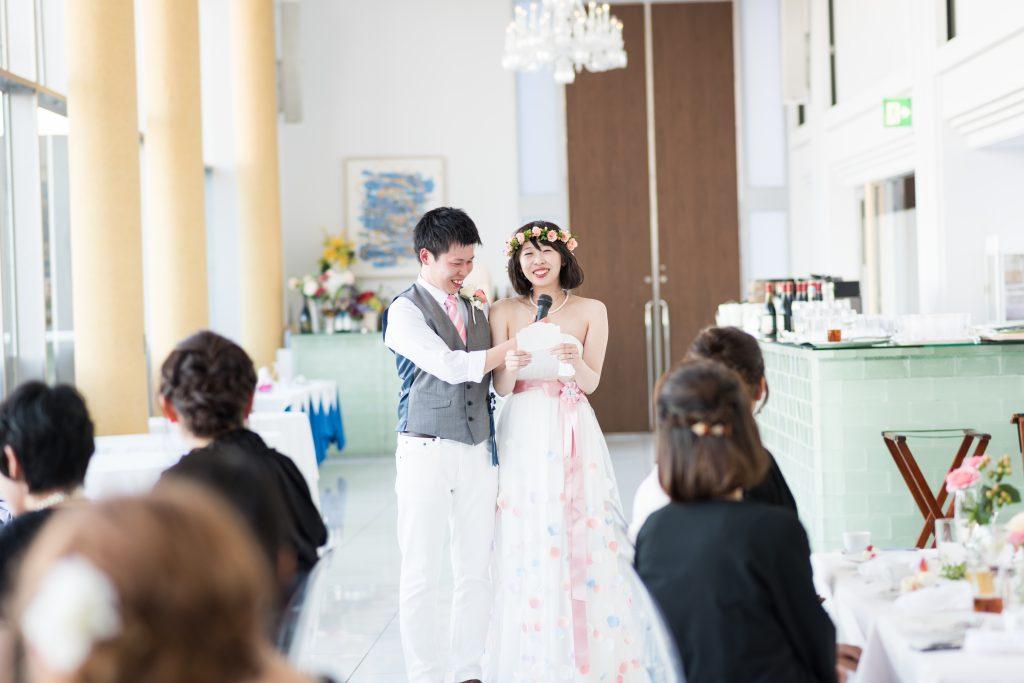 手紙を朗読する花嫁