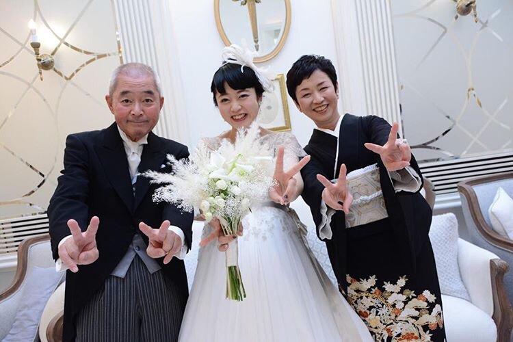 両親と写真を撮る花嫁
