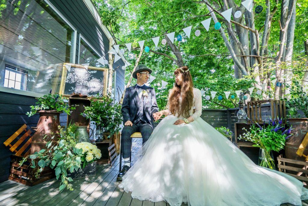 ガーデンで写真を撮る新郎新婦