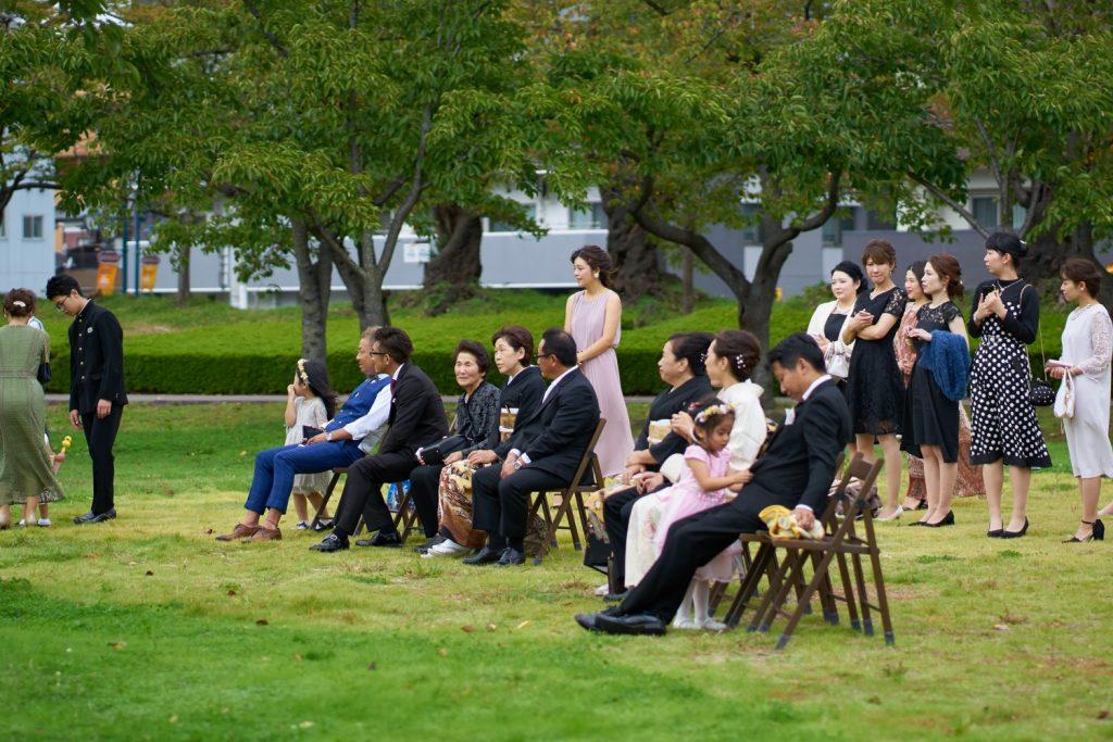 外で結婚式