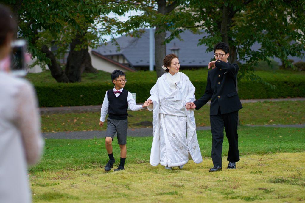 子供たちと入場する花嫁