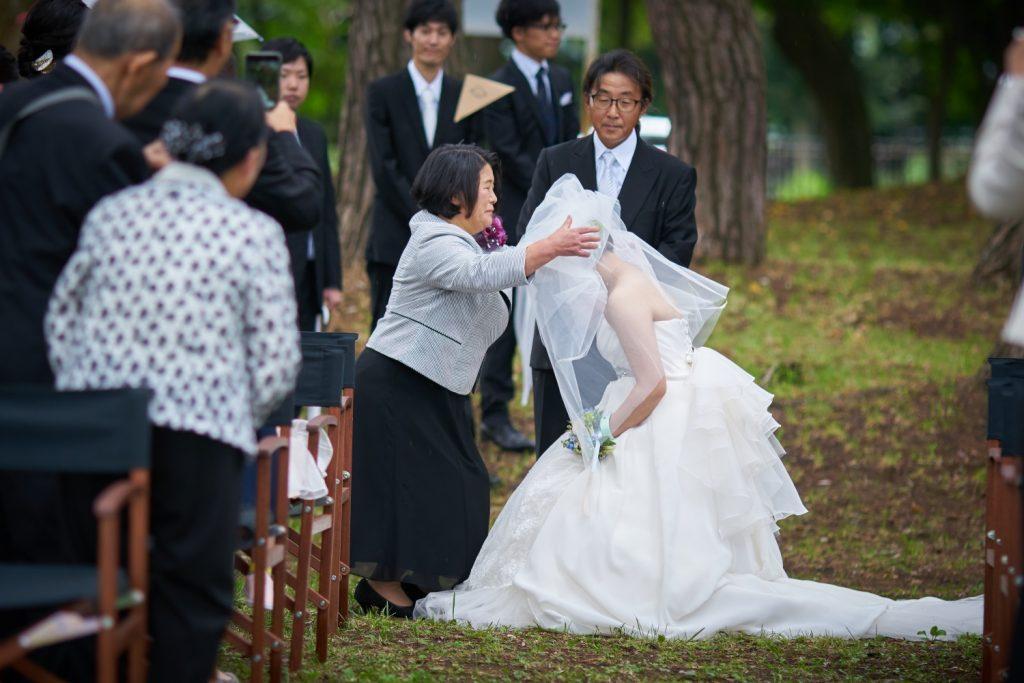 ベールダウンをしてもらう花嫁