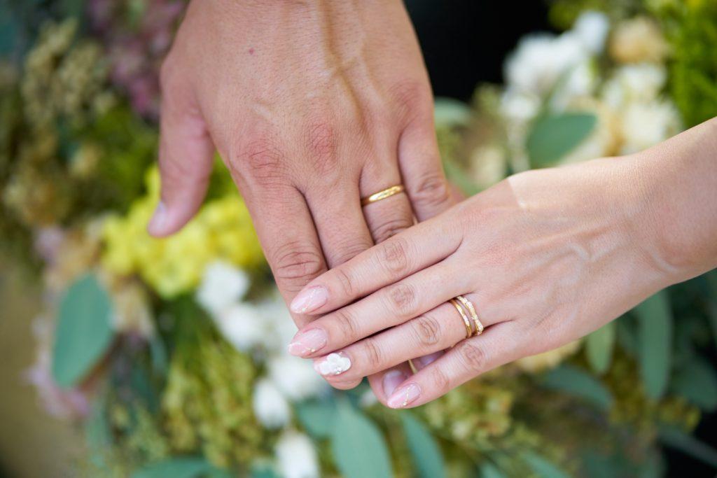 結婚指輪をした新郎新婦