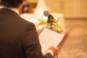結婚式でスピーチをする男性