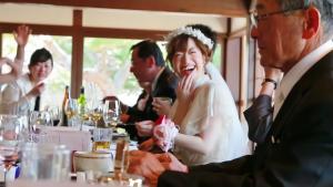 食事をする花嫁