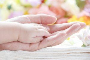 赤ちゃんと親の手