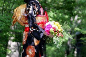 引き振袖を着た花嫁