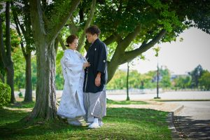 公園でロケフォトする新郎新婦