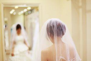 ドレス試着をする花嫁