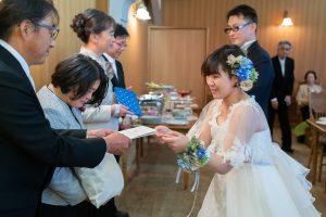 プレゼントを渡す花嫁
