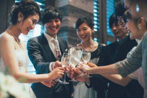 結婚式の乾杯のシーン