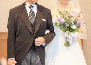 バージンロードを歩く花嫁と父