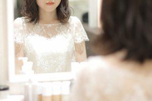 ヘアメイクをする花嫁