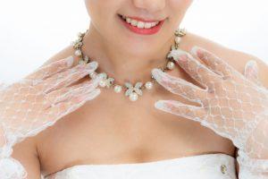 グローブを付ける花嫁