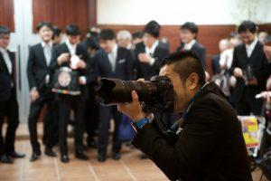 集合写真を撮るカメラマン