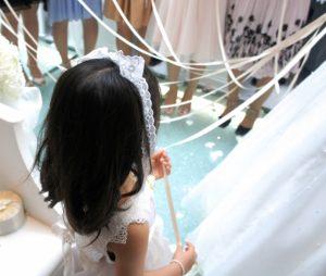 結婚式に参加する子供