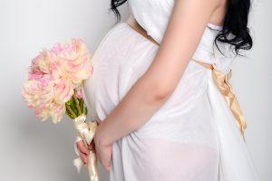 マタニティインナーを着用する妊婦
