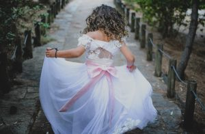 ドレスを着た子供