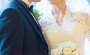 クラシカルなウェディングドレスを着た花嫁