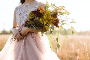 くすみカラーのドレスを着る花嫁