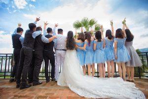 結婚式に参加する人たち
