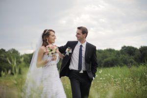前髪を流す花嫁