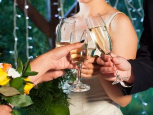 シャンパンで乾杯するシーン