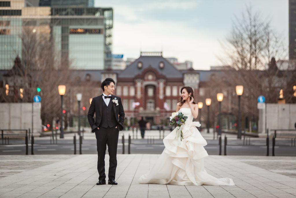 東京駅の前でフォト婚をする新郎新婦