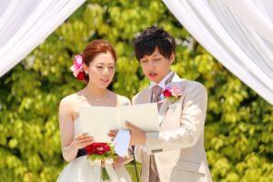 結婚式でスピーチする新郎新婦