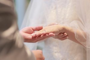 指輪交換をする新郎新婦