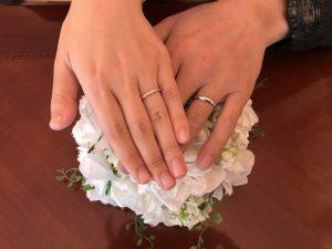 指輪を付けたカップル