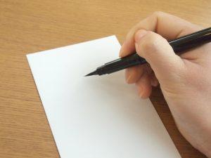 筆ペンで宛名を記入