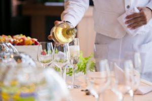 ワインを注ぐソムリエ