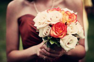 カラードレスを着る花嫁