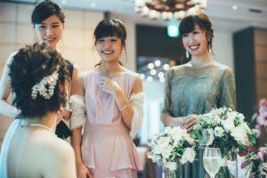 ゲストと会話する花嫁